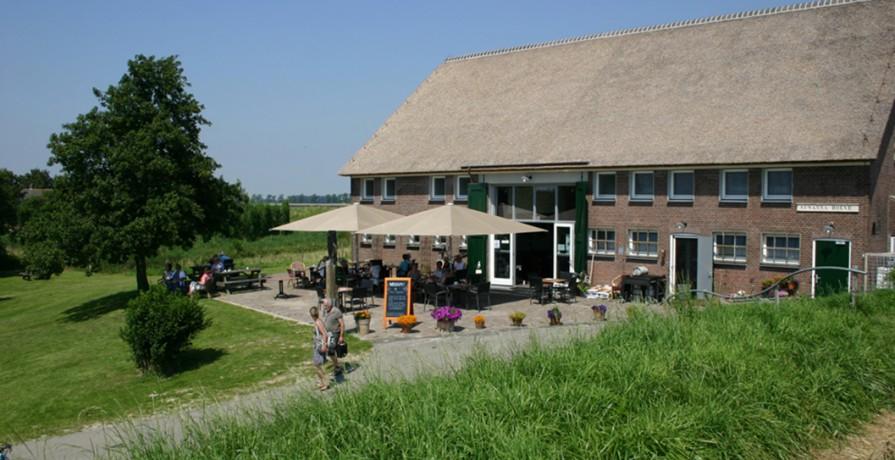 Herberg Tiengemeten terraszijde vanaf de dijk