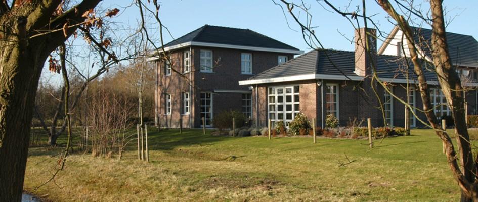 Het perceel waarop Villa Ruitersbos ligt wordt aan zuidwestelijke langszijde begrensd door een meertje en twee bomengroepen, het ontwerp is grotendeels gebaseerd op de kwaliteiten van deze zijtuin.