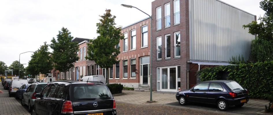 In het centrum van Dordrecht, in een wijk met 19e eeuwse bebouwing wordt een bestaande showroom uitgebreid.