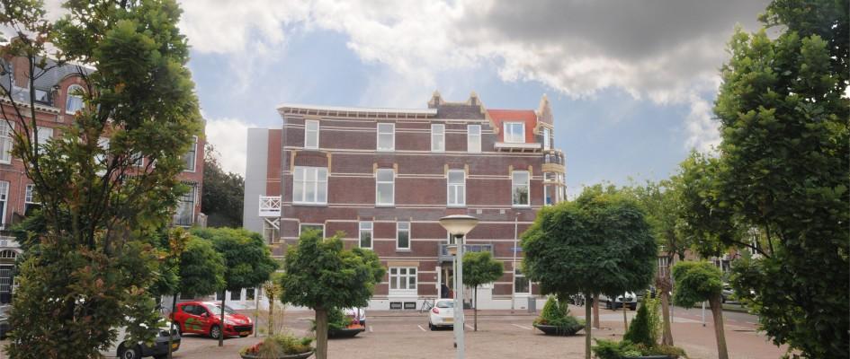 Herbouw / Uitbreiding / Interieur van een Kinderdagverblijf & BSO, Rotterdam. De huisvesting van dit Kinderdagverblijf/BSO werd in juni 2011 getroffen door een zeer ingrijpende brand. De schade was groot: het casco en de gevel bleven goeddeels intact, het interieur was geheel verloren.