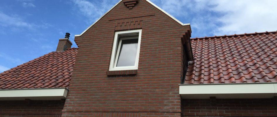 De traditioneel gebouwde woning uit 1929 heeft in de jaren 60 en 70 een aantal uit- en verbouwingen ondergaan. Deze ingrepen hebben het 'archetypische' huis verrommeld en minder herkenbaar gemaakt. De ingrepen aan de buitenzijde zijn erop gericht het geheel een meer coherente uitstraling te geven, aansluitend bij die het