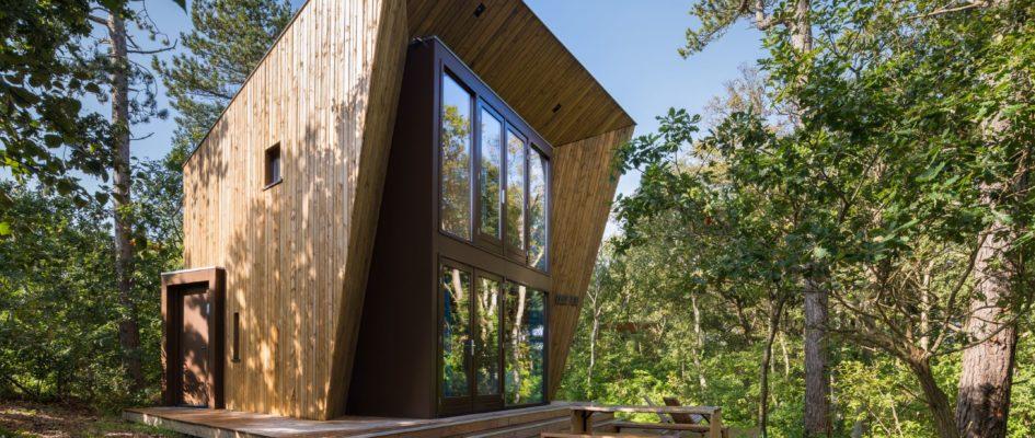 In 2019 werden er 6 nieuwe boshuisjes opgeleverd voor Kampeerterrein Stortemelk op Vlieland. BARST architecten ontwierp het huisje 'Solo'. Bij dit huisje is er opnieuw gezocht naar een stoere, fiere vorm, een kleine landmark. Het huisje schiet aan de voorzijde de hoogte in, maar heeft een zeer compacte footprint waardoor