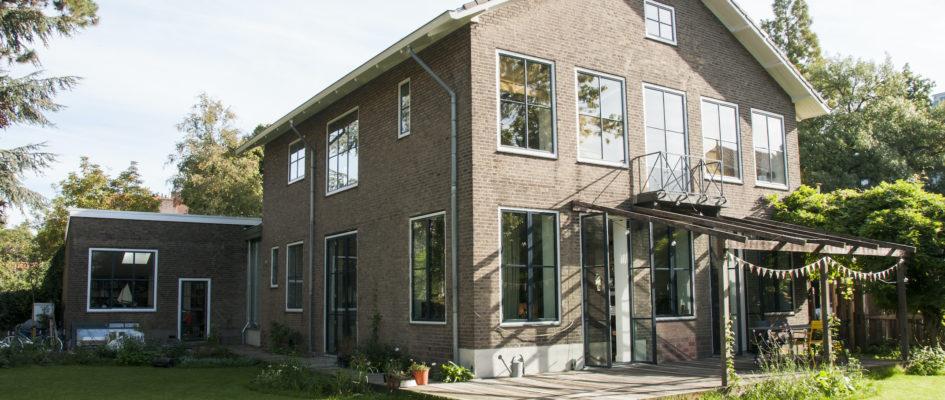 Aan de Essenlaan in Kralingen Rotterdam is een vrijstaande jaren '50 villa hoogwaardig gerenoveerd. De opdrachtgevers hadden hergebruik en zo circulair mogelijk bouwen hoog in het vaandel. Tegelijkertijd is het hele woonprogramma van de bestaande, hokkerige indeling op zijn kop gegaan. Doelstelling was alle ruimtes in de villa te betrekken