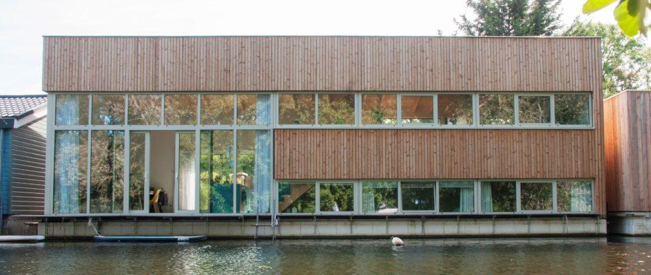 Aan het Gordelpad te Rotterdam is in 2018 een nieuwe woonboot gebouwd. De opdrachtgevers wilden een ontwerp dat voorzag in veel daglicht, maar waarbij ook de nodige privacy werd gewaarborgd. Dit resulteerde in een ontwerp dat waarbij de grote woonkeuken centrum is van het ontwerp, met veel zicht op de
